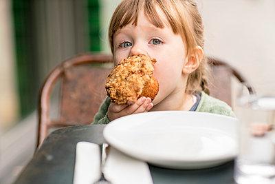 Girl (2-3) eating cupcake - p924m2271237 by Tamboly