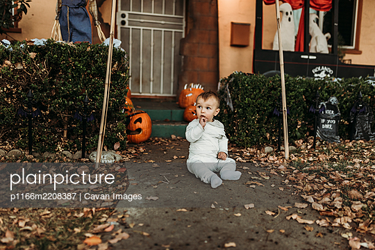 Adorable toddler boy dressed up as mummy on Halloween Trick-or-Treat - p1166m2208387 by Cavan Images