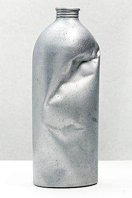 Verbeulte Aluminiumflasche - p265m1131548 von Oote Boe