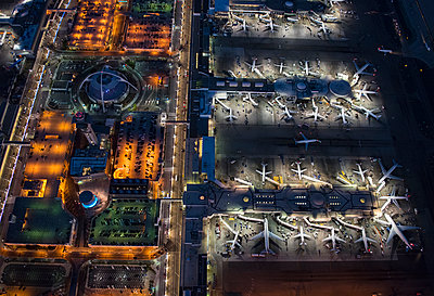 Aerial view of airplanes parked in airport gates - p555m1305492 by Chris Sattlberger