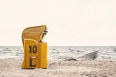Strandkorb am Strand von Cuxhaven Duhnen - p1162m949104 von Ralf Wilken