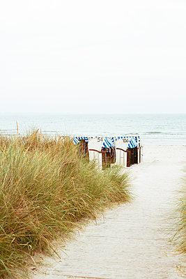 Herbstlicher Strand mit Strandkörben - p432m1487108 von mia takahara