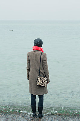 Nachdenkliche Frau am Meer - p432m779067 von mia takahara