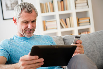 Older Caucasian man online shopping with digital tablet - p555m1304918 by JGI/Jamie Grill
