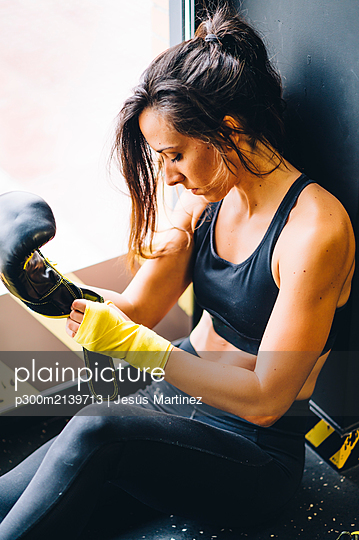 Female boxer resting after boxing training - p300m2139713 by Jesús Martinez