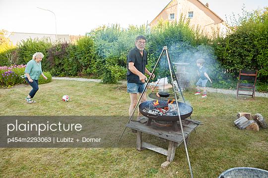 Sommernachmittag im Garten - p454m2293063 von Lubitz + Dorner
