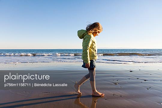 Am Strand - p756m1158711 von Bénédicte Lassalle