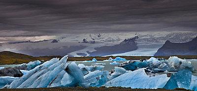 Eis in einer Landschaft auf Island - p979m909926 von Jain photography