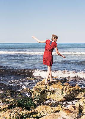 Frau an einer Felsküste - p1046m1467522 von Moritz Küstner