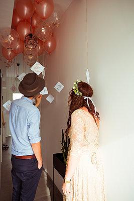 Brautpaar liest Karten - p432m2007505 von mia takahara