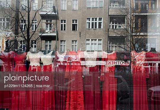 Viele rote Kleider - p1229m1124265 von noa-mar