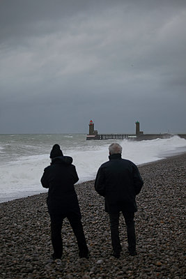 Two men looking at the sea - p1028m2133491 by Jean Marmeisse