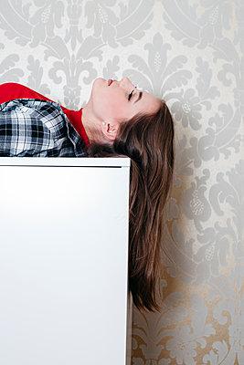 Girl lying on dresser, portrait - p1621m2254263 by Anke Doerschlen