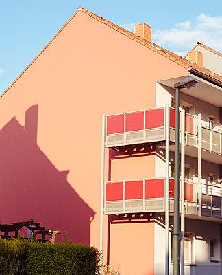 Wohnhaus mit Balkonen  - p432m1424193 von mia takahara