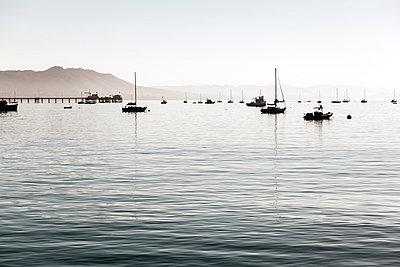 Kleine Boote in Santa Barbara - p1094m971516 von Patrick Strattner