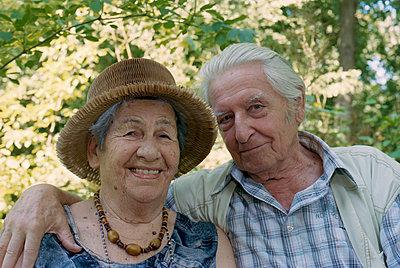 Alte Dame und Herr blicken in die Kamera - p1210m1072981 von Ono Ludwig
