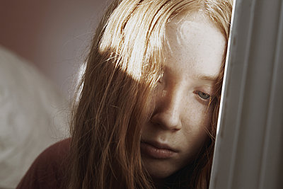 Trauriges junges Mädchen - p1694m2291655 von Oksana Wagner
