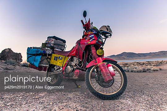 Touring bike parked by Pyramid Lake, Nevada, USA - p429m2019170 by Alex Eggermont