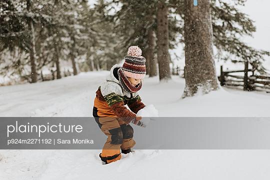 Canada, Ontario, Girl (2-3) playing with snow - p924m2271192 by Sara Monika