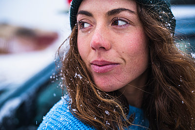 Woman surfer portrait with snow in hair - p1166m2177078 by Cavan Images