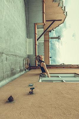 Frau aus Fenster lehnend - p1491m1582686 von Jessica Prautzsch