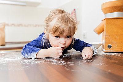 Girl playing with flour in kitchen - p300m2206699 by Eva Gruendemann