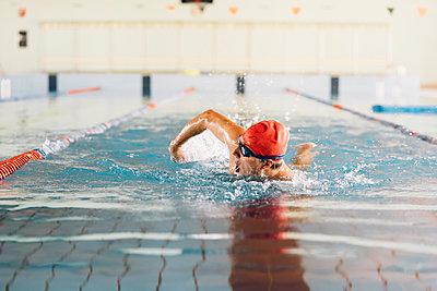 Senior man swimming in swimming pool - p429m1469542 by Eugenio Marongiu