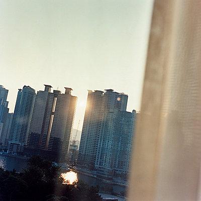 Wohnhochhäuser - p56710947 von Philippe Levy