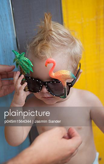 Cooles Baby mit Flamingo-Brille - p045m1564344 von Jasmin Sander