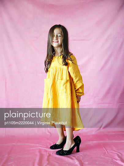 Little girl in yellow dress and High Heels - p1105m2220044 by Virginie Plauchut