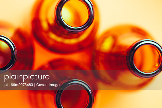 brown glass bottles for advertising still lifes - p1166m2073483 by Cavan Images