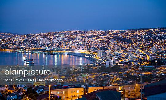 Harbour at sunset, Valparaiso, Chile - p1166m2192143 by Cavan Images