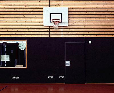 Basketballkorb in Sporthalle - p1088m854130 von Martin Benner