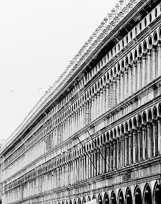 Die Alten Prokuratien (Procuratie Vecchie) am Markusplatz, Venedig, schwarzweiß I - p1493m1584579 von Alexander Mertsch