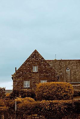 Steinhaus im Herbst - p248m859390 von BY