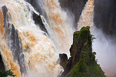 Australia, Queensland, Cairns. Barron Falls at Kuranda, flooded during the monsoon season. - p652m716710 by Andrew Watson