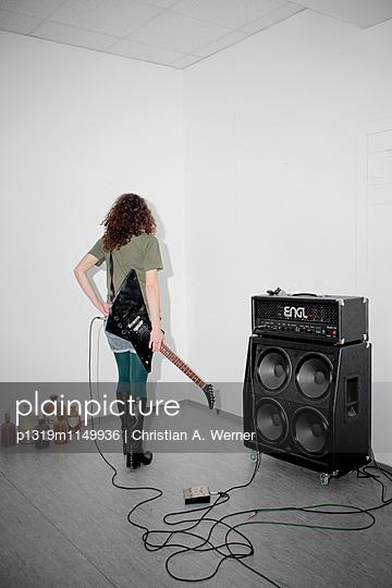 Musikerin im Proberaum - p1319m1149936 von Christian A. Werner