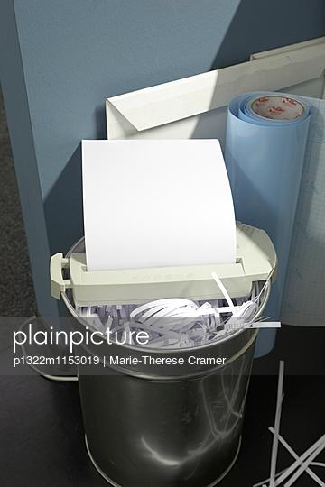 Weisses Blatt Papier läuft durch einen Papierschredder - p1322m1153019 von Marie-Therese Cramer