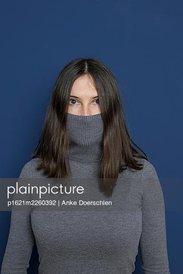 Frau in grauem Rollkragenpullover - p1621m2260392 von Anke Doerschlen