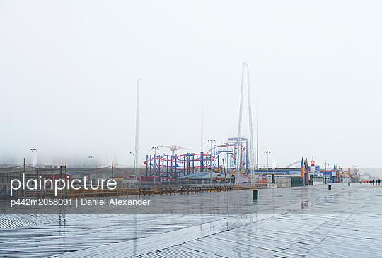Luna Park in the rain, Coney Island; New York City, New York, USA - p442m2058091 by Daniel Alexander