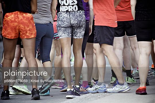 Menschen in sommerlicher Kleidung - p586m973059 von Kniel Synnatzschke