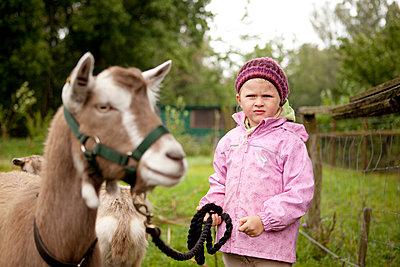 Mädchen mit Ziege - p1195m1128768 von Kathrin Brunnhofer
