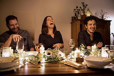 dinner with friends - p300m2282405 von Malte Jäger