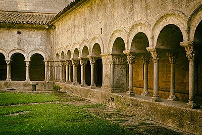 Romanesque cloister of Santa María de Girona Cathedral (started 14th century). Girona. Catalonia. Spain - p620m2237717 by M.A. Muñoz Pellicer
