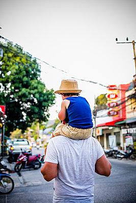 Junge auf Schultern Vater - p680m1511602 von Stella Mai