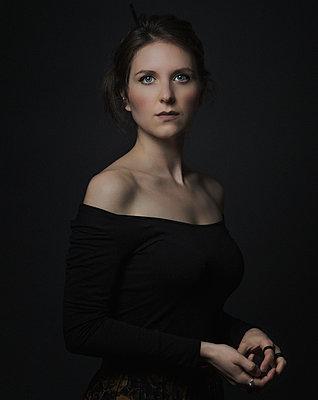Porträt einer jungen Frau mit braunem Haar - p910m2197090 von Philippe Lesprit