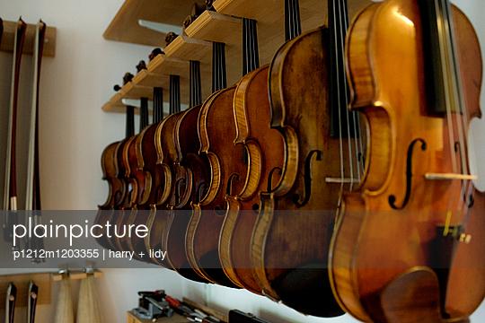 Geigen in der Werkstatt - p1212m1203355 von harry + lidy