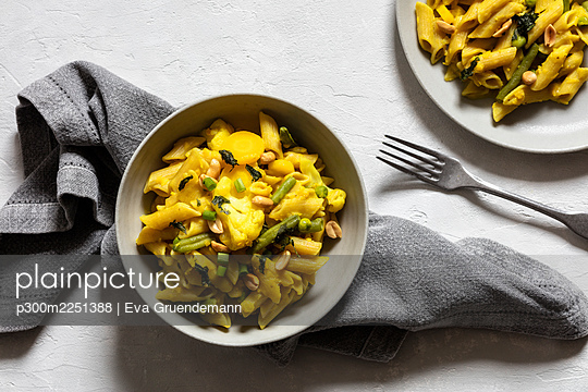One pot pasta with peas, cauliflower, carrots and curry - p300m2251388 by Eva Gruendemann