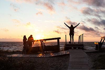 Gruppe am Strand bei Sonnenuntergang  - p1301m1131837 von Delia Baum