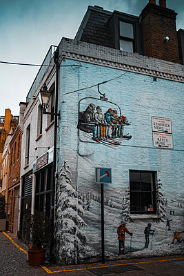 Great Britain, London, Mural, Winter ski scene - p1681m2263279 by Juan Alfonso Solis